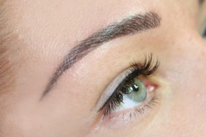 Frau mit Permanent Make Up Augenbrauen in Ludwigshafen